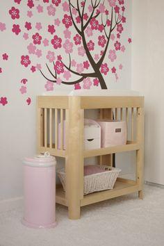aménagement chambre bébé fonctionnel avec une table à langer en bois