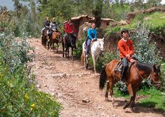 El paseo a caballo siempre se combina con visitas a los sitios arqueológicos más importantes cercanos al Cusco, como son: La fortaleza de Sacsahuaman, Qenqo, Puka pukara y Tambomachay, teniendo usted la posibilidad de conocer dichos atractivos turísticos pero de una manera diferente y bastante divertida.