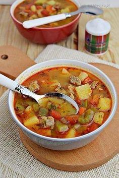 Gęsta, esencjonalna zupa gulaszowa z białą cebulą, papryką, pomidorami i ziemniakami. Na początku przygotowuję gulasz wieprzowy na smażonej wędzonej papryce i białej cebuli. Smażę również świeżą paprykę i ziemniaki. Na… Soup Recipes, Cooking Recipes, Healthy Recipes, Easy Mongolian Beef, Brownie Recipes, Soups And Stews, Good Food, Food And Drink, Meals