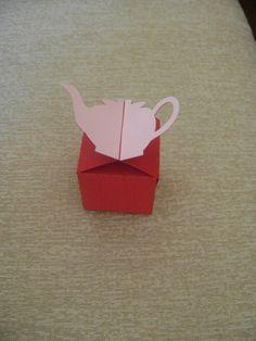 Linda caixinha para doces, decorada com bulinho!!!  Feita em papel color plus vermelho, e rosa (metalizado).  Fazemos em outras cores. Consulte-nos! R$ 2,90
