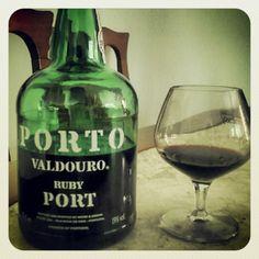 Viagem ao Norte de Portugal: 25 coisas a fazer no Porto! | via Edreams.pt Blog | 18/02/2014 Queremos convidar-vos a conhecer o Porto. A passear pelas suas ruas estreitas, a admirar a beleza dos seus edifícios, a conhecer os costumes e, como não, a sua gente! Aqui vos deixamos 25 propostas que vos ajudarão a desfrutar desta bela cidade, aqui ilustradas com imagens recolhidas em Instagram. Bem-vindos ao Porto! #Portugal