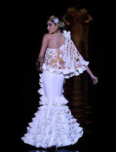 La diseñadora ha presentado «Volaré», una colección de vestidos que modernizan las formas y texturas con estudiados volúmenes y transparencias que crea una silueta flamenca más contemporánea (J. M. Serrano / Raúl Doblado)