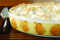 Cooked vanilla pudding is layered with banana slices in a vanilla wafer-lined dish, topped with meringue and baked. Serve warm or chilled for dessert. Southern Desserts, Köstliche Desserts, Southern Recipes, Delicious Desserts, Dessert Recipes, Yummy Food, Southern Food, Sweet Desserts, Kraft Foods