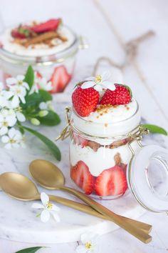 L'été arrive, la chaleur avec, et la saison des fruits rouges avec. Pourquoi ne pas faire un délicieux tiramisu aux fraises et au spéculoos très rapide à préparer? Pas d'ingrédients impossibles à trouver, et un dessert léger et agréable!