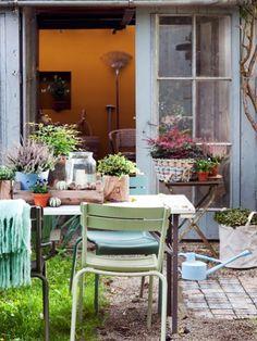 Shabby Chic erobert jetzt auch den Garten. Statt strenger Ordnung darf es ab jetzt wild wachsen und die Möbel dürfen zu Vintage-Objekten verwittern!