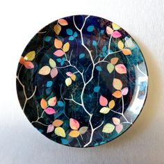 Plate Wall Decor, Plates On Wall, Hand Painted Plates, Pottery Painting Designs, Paint Designs, Ceramic Painting, Ceramic Art, Shadow Painting, Circle Painting