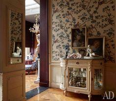 Фрагмент малой гостиной. Тканевые обои — современная реплика по образцу 1780-х годов. На стене две пастели XVIII века, купленные хозяевами в Италии.