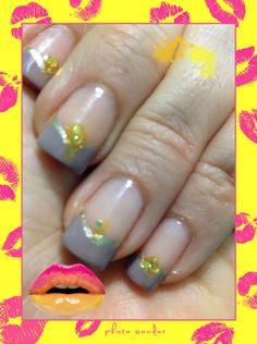 Manicure frances en nude con diseño de dorado.