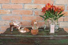 The Day Shoe . Modelo Natalia da linha Pret-a-Porter na versão metalizada Cobre Rosê. Sapato de noiva do jeitinho que você sonha... #sapataodenoiva #sapatosobmedida #feitoamao #thedayshoe #sapato #saltoalto #shoe #shoes #wedding
