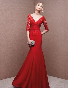 Dress with sweetheart neckline, in lace
