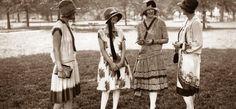 Abbigliamento femminile da giorno: il giro manica più largo, le giacche più lunghe e le gonne corte al ginocchio che mostravano le gambe svelate da sottili calze di seta. I completi erano formati da due o tre pezzi: sweater, gonna e cardigan.