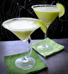 Frankenstein's Key Lime Pie Martini Halloween isn't just a holiday for kids; These key lime pi. Paleo Key Lime Pie, Key Lime Pie Martini, Pineapple Drinks, Pineapple Coconut, Key Lime Juice, Martini Recipes, Cocktail Recipes, My Best Recipe, Yummy Drinks