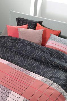Fashiontrend: combineer een roze dekbed met grafische prints voor een trendy interieur. Het Mae Engelgeer-dekbedovertrek Art Multi laat zien dat pink best wel stoer kan zijn. Het #dekbedovertrek combineert zacht roze met hardere kleuren als rood, gebrand oranje, donkerblauw en zwart. #trends #slaapkamer #bedroom