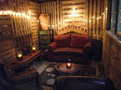 A very warm and homely shed. Building a shed from recycled wooden pallets Pallet Room, Pallet Shed, Pallet Walls, Pallet House, Pallet Furniture, Pallet Benches, Pallet Bar, Retro Furniture, Furniture Projects