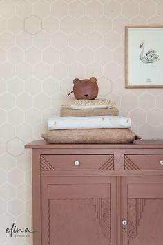 Vintage meubels geven een babykamer een unieke en zachte sfeer. Prachtig toch? Heb jij advies nodig bij het inrichten van jouw peuterkamer of jongenskamer? Ik help je graag met het maken van een mooie basis, waar jij en je kind jarenlang plezier van hebben. | Behang: Bibelotte | Styling: Elina Styling | Foto: Petra van der Weiden | Commode: Firma Zoethout