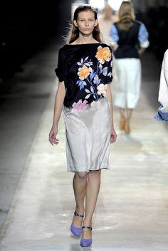 Dries Van Noten Spring 2011 Ready-to-Wear Fashion Show - Monika Sawicka (METROPOLITAN)