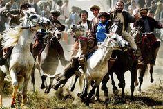 En Asia Central, uno de los deportes más populares es el Buzkashi. Como el polo, pero con la pequeña diferencia: en lugar de una bola se utiliza un cadáver descabezado de cabra.