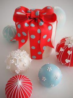 Miniature Temari Cakes and Gift Box December 2012 - Peggy Porschen Academy Christmas Present Cake, Christmas Cake Decorations, Christmas Treats, Christmas Cookies, Christmas Desserts, Beautiful Cupcakes, Gorgeous Cakes, Mini Cakes, Cupcake Cakes