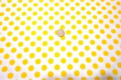 Popelín flamenco con estampado de lunares, es un tejido con cuerpo y sostenido. Fondo blanco y lunares amarillos. Ideal para disfraces y confección de trajes de flamenca, vestidos de sevillana, faldas y todo tipo de complementos y aplicaciones de moda flamenca para la feria de Abril y vestidos para la fiesta del Rocío.#popelín #flamenco #carnaval #estampado #lunares #blanco #amarillo #confección #faldas #complementos #disfraces #tela #telas #tejido #tejidos #textil #telasseñora #telasniños