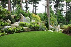 Garten mit Rasenfläche und niedrigen Stauden und Bäumen