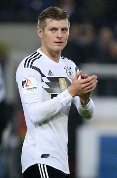 Toni Kroos of Germany salutes the fans following the international friendly match between Germany and France at RheinEnergieStadion on November 14...