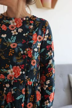 Blouse Elona – Ikatee x Jolies Bobines – Along avec Anna Hijab Fashion, Fashion Outfits, Fashion Trends, Dress Making Patterns, Couture Sewing, All Black Outfit, Colorful Fashion, Boho Outfits, Refashion