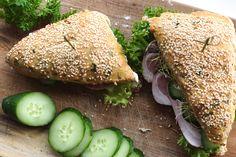 Sunde sandwichbrød | Brød og boller | Forstadsmor Bread Bun, Salmon Burgers, Avocado Toast, Foodies, Picnic, Sandwiches, Brunch, Food And Drink, Baking