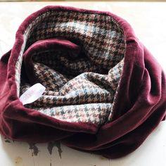 Люблю контрасты во многом! В этом шарфе гармонично соединены теплая пальтовая шерсть и нежный, мягкий бархат. Уют и тепло - самое актуальное сочетание для холодов.😻🐈😻 📦2000-3000р. в зависимости от стоимости материала  #одежда_kotyalapa #аксессуары  #ручная_работа #шарф #снуд #scarf #snood