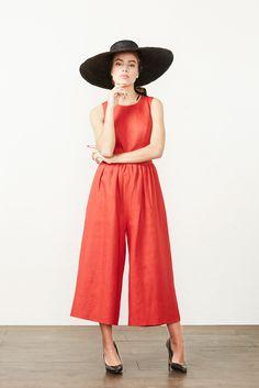 CROMMELIN Vestido-pantalón de lino rojo, forro interior y bolsillos laterales.  Por: @kolonakimadrid