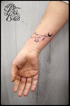 Tatouages réalisés par Laurelarth Tattoo au sein de la boutique T-ink 86 Tattoo Studio à Villefranche-sur-Saône : tatouage bracelet bijou avec prénoms