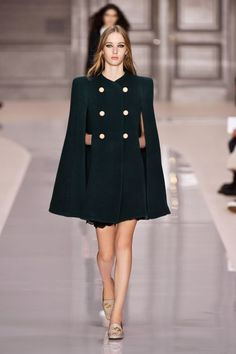 Fashion Week Paris Fall/Winter 2017 look 23 from the Chloé collection womenswear Fashion 2017, High Fashion, Winter Fashion, Fashion Outfits, Chic Black Outfits, Look Blazer, Cape Dress, Looks Chic, Online Fashion Stores