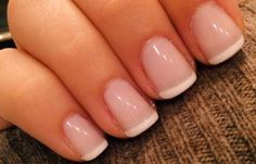 Diseñar uñas, clásica manicura francesa en las manos ♣  Un esmalte rosa o beige pálido se aplica sobre toda la uña, mientras el borde se muestra en color blanco. #unasdecoradas #naildesign