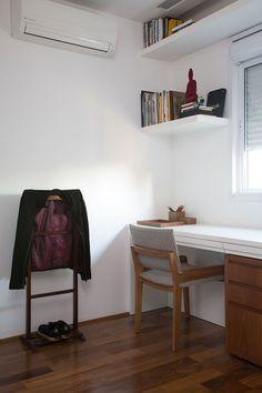 Os clientes solicitaram ao Studio Gabriel Garbin Arquitetura que apartamento ficasse leve com ar contemporâneo e poucos materiais. E pediram que fosse criada uma varanda gourmet, para reunir os amigos. Além de integrar a cozinha e o living e unir os dois quartos, transformando-os em