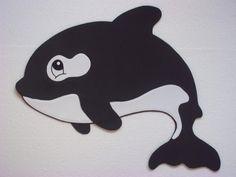Muita gente me pergunta: como vou decorar um quarto de criança que pede o elemento Água? Não fica monótono, tudo preto e azul marinho? Olha que fofura a baleia orca! Pode estar em painéis na parede, em almofadas e colchas.