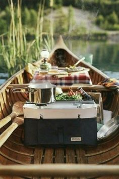 A romantic picnic for two in a canoe or boat is a perfect way to treat someone you love. Bring a portable camping stove and some outdoor gear and cook your favorite camping recipe. Portable Camping Stove, Camping Meals, Camping Recipes, Picnic Recipes, Picnic Foods, Camping Date, Camping Uk, Bread Recipes, Cake Recipes