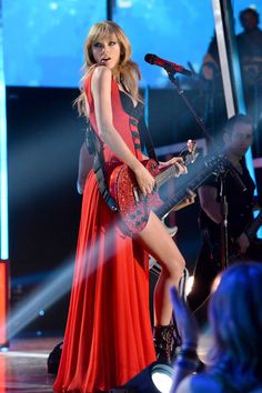 110 of Taylor Swift's Most Beautiful Looks - Taylor Swift's Most Beautiful Looks - Taylor Swift Facts, Taylor Swift Style, Taylor Swift Pictures, Taylor Alison Swift, Taylor Swift Red Tour, Swift Tour, Glamour, Red Taylor, Live Taylor