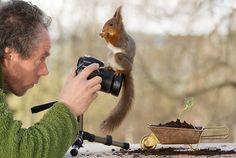 野生のリスを中心に写真を撮っているGeert Weggen氏が4年間の時を経て、立場が逆転したと報告したうえで…