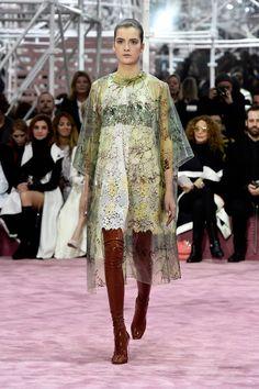 Paris haute couture pe 2015, collezione Christian Dior | impermeabile e vestito corto | FOTO