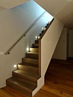 Die Holztreppe HOT 2200 ist eigentlich nur im EG eine reine Holztreppe, die andere zwei Etagen sind als Beton- bzw. Stahltreppe ausgeführt, ergeben in der Darstellung eine Einheit. Stair Handrail, Stair Lighting, Half Walls, Railing Design, Interior Stairs, Modern Staircase, Wainscoting, Stairways, Future House