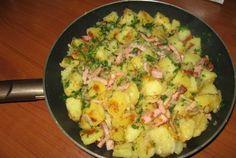 Garnitura tigaie cu cartofi taranesti Romanian Food, Romanian Recipes, European Dishes, Hawaiian Pizza, Potato Salad, Bacon, Potatoes, Snacks, Vegetables