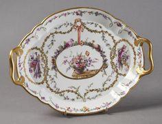Lot : SEVRES - Plateau Hébert ovale à bord contourné en porcelaine dure, à deux anses[...] | Dans la vente Porcelaines et Faïences du XVIe au XIXe Siècles à Pescheteau-Badin