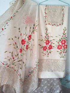 Fabric Painting On Clothes, Painted Clothes, Hand Painted Sarees, Hand Painted Fabric, Designer Punjabi Suits, Indian Designer Outfits, Embroidery Suits, Hand Embroidery, Latest Suit Design