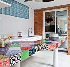 Mesa de cozinha bem alegre