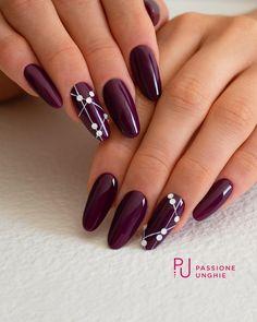Semi-permanent varnish, false nails, patches: which manicure to choose? - My Nails Classy Nails, Stylish Nails, Cute Nails, Pretty Nails, Colorful Nail Designs, Gel Nail Designs, Nails Design, Burgundy Nails, Purple Nails