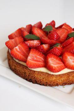 Une base de sablé breton pour changer de la traditionnelle pâte sucrée, une crème pâtissière à la vanille et de délicieuses fraises françaises...
