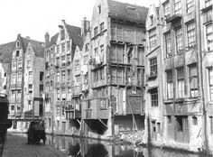 In 1927 the slums at the Oude Zijdsekolk were in the proces of being torn down. Amsterdam Holland, Amsterdam City, Amsterdam Jordaan, Best Places To Live, Beautiful Places To Travel, Street Image, Street View, Old Pictures, Old Photos