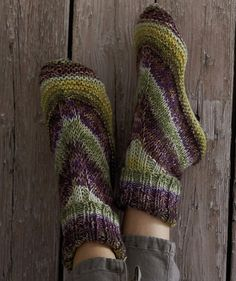 Free Alaska Color Homesocks pattern - Make house socks (aka slippers) for every member of your family with this single pattern. To practice my knitting more? Loom Knitting, Knitting Socks, Knitting Patterns Free, Knit Patterns, Free Knitting, Free Pattern, Knit Socks, Stitch Patterns, Knitted Slippers
