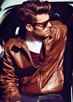 Jaqueta de couro. Se você quer um casaco atemporal, aí está. Não importa o que vem por baixo. Se é feio, ela salva; se é bonito, ela abafa. Nada melhor desde o ventinho frio ao frio extremo.