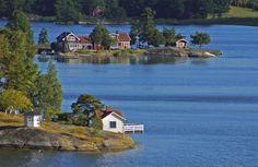 Att jag längtar till sommaren och Stockholms skärgård är förmodligen inget jag måste förklara för de allra flesta utan de som känner mig vet att jag helst spenderar stora delar av sommaren där. Jag kan Norway Sweden Finland, Beautiful Norway, Stockholm Sweden, My Happy Place, Beautiful Places, Beautiful Scenery, Places To See, Serenity, Exterior