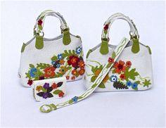 la borsa e gli accessori sono completamente realizzati a mano con pelle colorata. La fattura è molto difficile ed elaborata essendo la borsa rifinita perfettamente anche sul retro con una disposizione differente dei fiori, come si vede dalla foto.